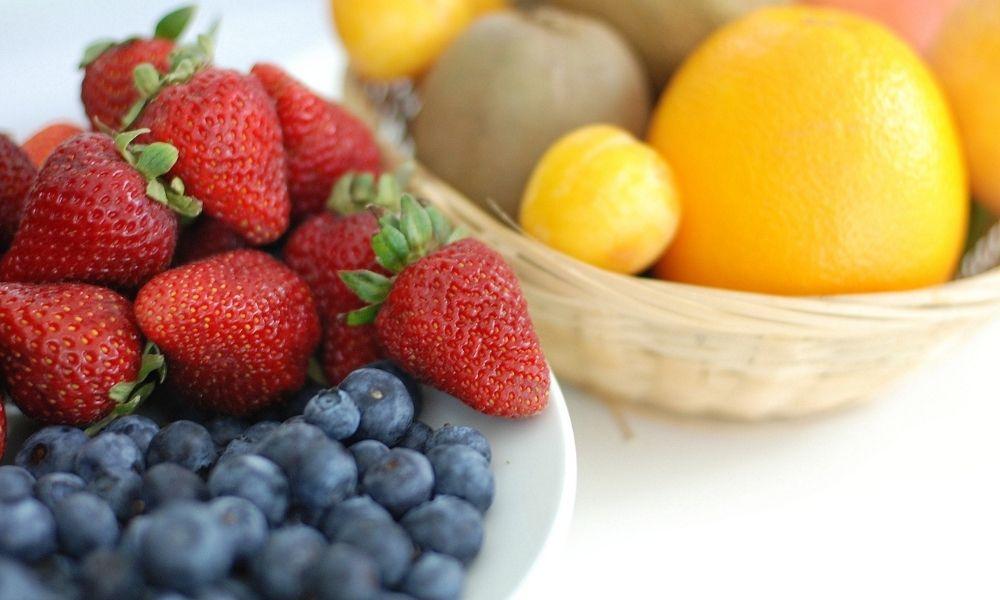 Word je hongerig door fruit te eten